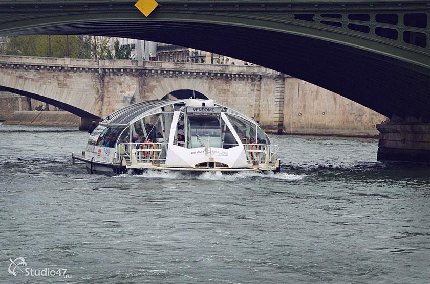 Прогулочный кораблик на реке Сене