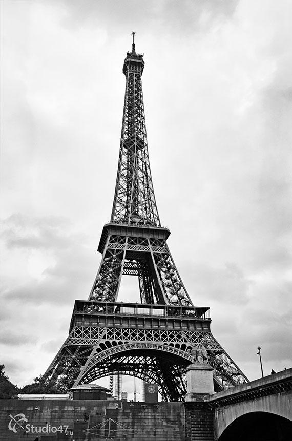 Эйфелева башня (вид из-под моста Йена)